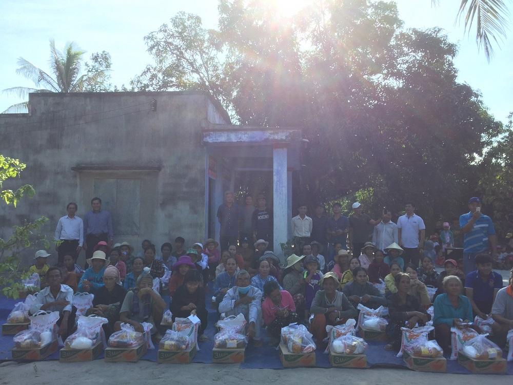 Gia Đình Phạt Tạ Thánh Tâm xứ đoàn Suối Hòa, Cam Lâm phát quà từ thiện tại thôn người Dân tộc Rắc Lây, Cam Hòa, Cam Lâm.